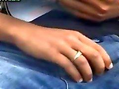 Арабский мальчик любит играть на его Динг Донг