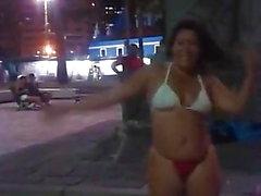 Maluquinha Dinha danse dans le petit carré de bon voyage