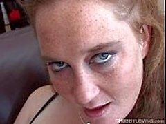 Супер милый пухлый любитель трахает ее мокрую влажную киску