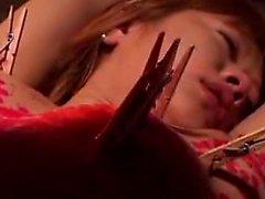 Hilfloses japanisches Babe in weißen Höschen bekommt ihre Körperabdeckung