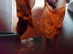 Детеныши парня Bangladesh сохранять скрытой камеру комнатой с ванной , прежде чем