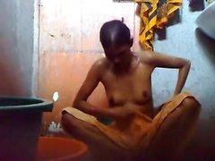 Jung Bangladesch Typ halten Sie ein hidden cam bei Badezimmer bevor