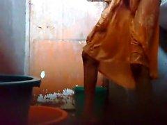 Giovane e tipo il Bangladesh tenere un cam nascosta nel bagno prima di