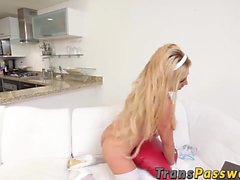 Cute mexicaine shemale hottie Tania Q solo joue sur son lit