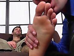Cute Камерон дает свою приятелем Коула успокаивающее массаж ступней