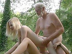 Oldman pénètre dans de deux petits trous de la forêt