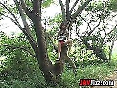 Freche japanische Mädchen Im Wald