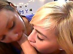 Ragazze bisessuali amano reciprocamente