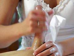 Горячая брюнетка мастурбирует после массажа