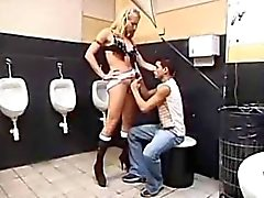 Smutsiga Toilet Knull With A Strap-On