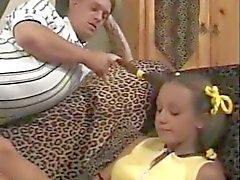 Смазливая подросток со своими сестрами бойфрендом