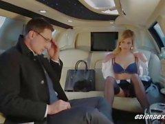 Sexy Blonde Ficken Der Botschafter in seiner Limousine