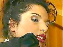 Горячая брюнетка в большого секса действий