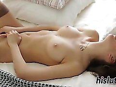 Superbes jeunes doigts Nika sa chatte orgasmique