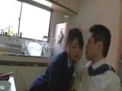 Bir kız öğrenci ile kahvaltı alarak