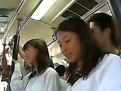 Two Schüler suchte eine Bus