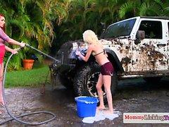 Имбирь мамаша pussylicks маленький на грязной машине