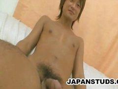 Yuta Ozaki - hübscher japanischer Junge, der seinen Hahn streichelt
