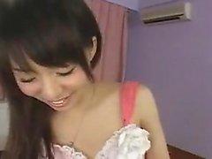 Kaunis aasian tyttö pieni tissit miellyttää häntä pillua
