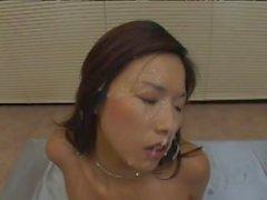 Delectable japanischen Amateur wird in Spooge bei einer epischen Bukkake-Party beschichtet