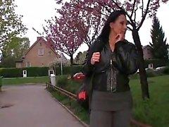 PublicAgent Krystina dobra-se sobre para uma carteira cheia de dinheiro