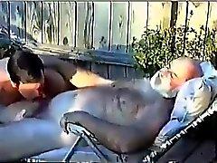 Behaart Grandpa Gets Von Young Man abgesaugt wird