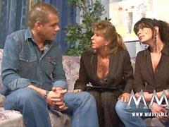 films MMV matures enseignant ayant du plaisir avec un couple