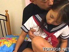Asian Teen grob in ihrer unrasierten kleinen reißen gefickt