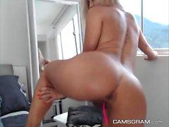 Warm Milfy benutzt ihr neues Sexspielzeug