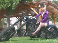 Девушка-байкер демонстрирует желаемые большие сиськи