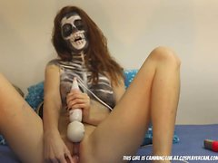 Halloween-Skelett masturbiert zum Spaß ...