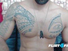 Brandonn T auf Flirt4Free Guys - Ripped Bearded Geck Cums auf seinem harten Abs