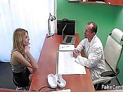 Läkaren knullar blond skönhet i regeringsställning