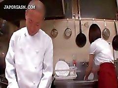 Asiatisk servitris får tuttar gripas av hennes chef på jobbet