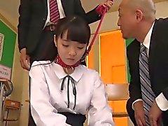 estudiante japonesa Yui dominada y follada por sus profesores