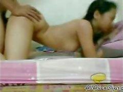 Cute индонезийский подростков трахается со своим Bf