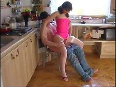 Nuori poika vittuilee ruskeilla MILF-brunetteilla keittiössä