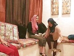 parti içinde türban arkadaşlarıyla Shy Arap Prensesi dörtlü seks