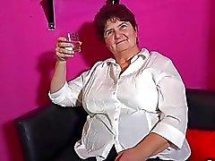 OmaHunter ancienne des lesbiennes en solo posant et se masturber