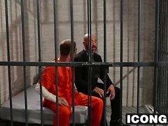Mature audaz tio folla sexy twink duro en una celda de prisión