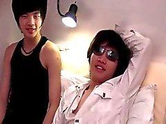Asiatische Jungen Spaß im Bett hat