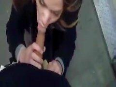 Heiße Mädchen saugt Hahn in der Nähe des Aufzugs und wird facialized