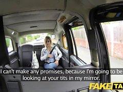 Поддельное такси Маленькая блондинка с большими сиськами садится и грязно