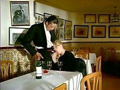ober voegt paar voor dubbele penetratie met zijn vrouw