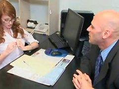 Порочная секретарем Redhead добивается своего пизда пробурена в офисе