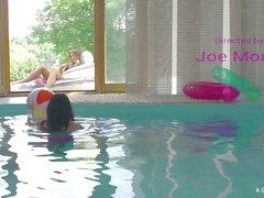 A Girl Knows - Euroopan kuumaa lesbot pitää hauskaa hotellin porealtaan