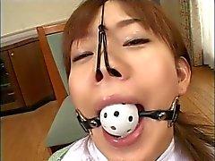 Atemberaubende japanische Mädchen bekommt einen mitten ins Gesicht in BDSM-Szene