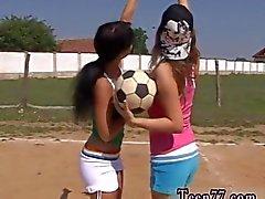 Adolescentes deportivos hace sobre un campo voleibol