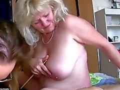 A avó gorda grande da mulher gorda tem o divertimento com a outra avó
