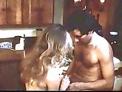 Guy lambendo um bichano peludo no filme retro